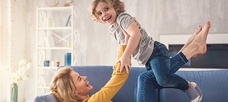 mamma-divano-bambino